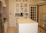 写真:No.82邸-白色を基調にした清潔感のあるキッチンでお菓子づくり教室を